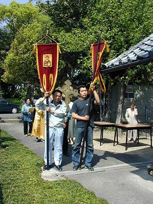 Михаил Мицудзава Норимаса и Стефан Нобата Соити во время пасхального крестного хода в приходе Ханда