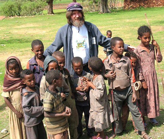 Загрузить увеличенное изображение. 800 x 678 px. Размер файла 385008 b.  С эфиопскими детьми