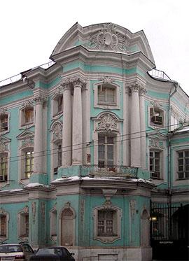 Дом Апраксина-Трубецких («Дом-комод») на Покровке в Москве. 1766-1769. Фрагмент дома с северо-западной стороны. Фото: artclassic.edu.ru