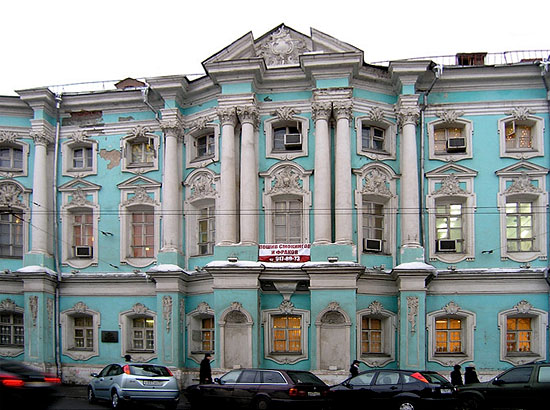 Дом Апраксина-Трубецких («Дом-комод») на Покровке в Москве. 1766-1769. Главный северный фасад. Фото: artclassic.edu.ru