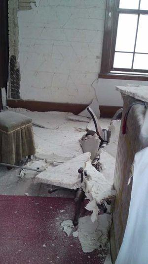 Каннари, осыпаются куски бетона и штукатурки