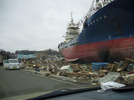 Корабль, занесенный волнами цунами на территорию города Кэсэннума