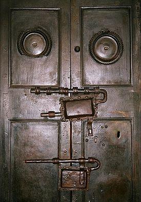 Бронзовые дверцы