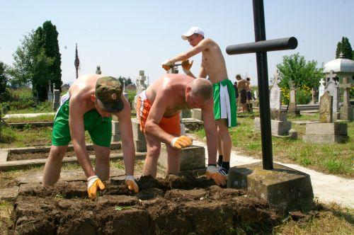 Кадеты наводят порядок на русском кладбище в Белой Церкви