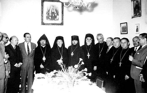 Загрузить увеличенное изображение. 1328 x 847 px. Размер файла 142476 b.  Епископ Никодим с епископом Мелетием (Декандрео), архиепископом Папкеном (Абадьяном), православными священнослужителями и аргентинскими официальными лицами в Благовещенском приходе