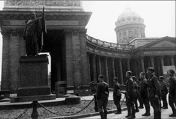 Загрузить увеличенное изображение. 600 x 407 px. Размер файла 110859 b. Минута молчания у памятника М. И. Кутузову перед уходом на фронт. 1943 г.