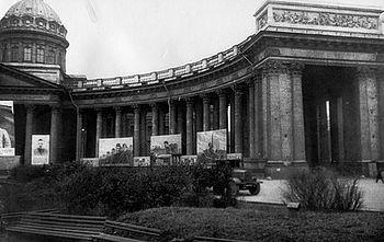 Загрузить увеличенное изображение. 600 x 378 px. Размер файла 102738 b. Выставка агитационных плакатов на колонаде Казанского собора. 13 октября 1941 г.
