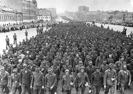 Загрузить увеличенное изображение. 770 x 546 px. Размер файла 139117 b.  Марш пленных немцев. Москва, 1944 г.