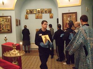 Загрузить увеличенное изображение. 800 x 600 px. Размер файла 193162 b.  Насельники Бутырки выходят на крестный ход с иконами новомучеников