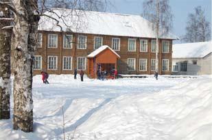 Половина прихода – педагоги, костяк нашей общины». (На фото школа в Красноборске)