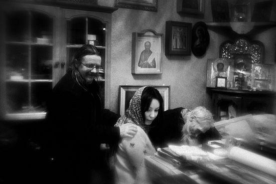 Загрузить увеличенное изображение. 1000 x 667 px. Размер файла 235062 b.  Инок Илий с келейником и духовной дочерью за беседой в резиденции патриарха в Переделкине