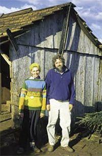 Фернандо стоит с местной украинкой на ферме
