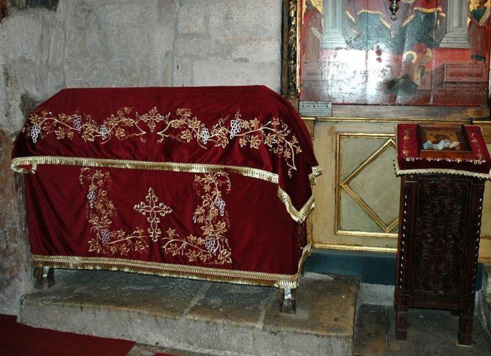 Рака с мощами свт.Никодима, архиепископа Сербского, в Печской патриархии.