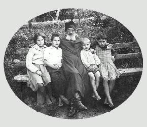 Протоиерей Александр Парусников с младшими детьми (слева направо: Екатерина, Иван,