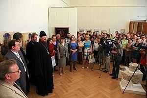 Загрузить увеличенное изображение. 500 x 333 px. Размер файла 63506 b.  Благочинный Севастопольского округа протоиерей Сергий Халюта открывает выставку. 23 мая 2011 г.