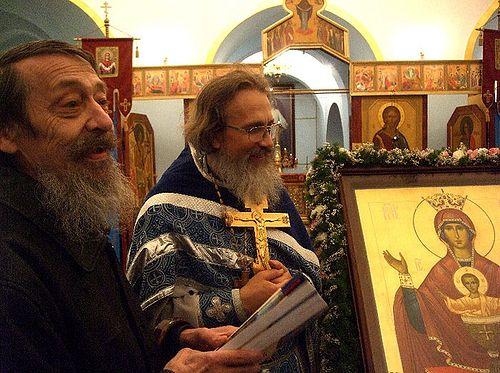 Загрузить увеличенное изображение. 700 x 522 px. Размер файла 133543 b.  Писатель Николай Блохин вместе с отцом Константином в тюремном храме. Бутырка.