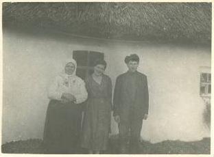 Мария, дочь о. Алексия в д. Загорново с местными жителями. 1936 г.