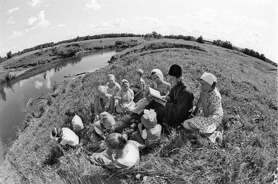 Священник Анатолий Денисов проводит занятия с детьми. Село Спас-Водога. 1990-е гг.