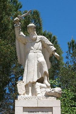 Статуя св. пророка Ильи, избивающего вааловых жрецов при входе в кармелитский монастырь