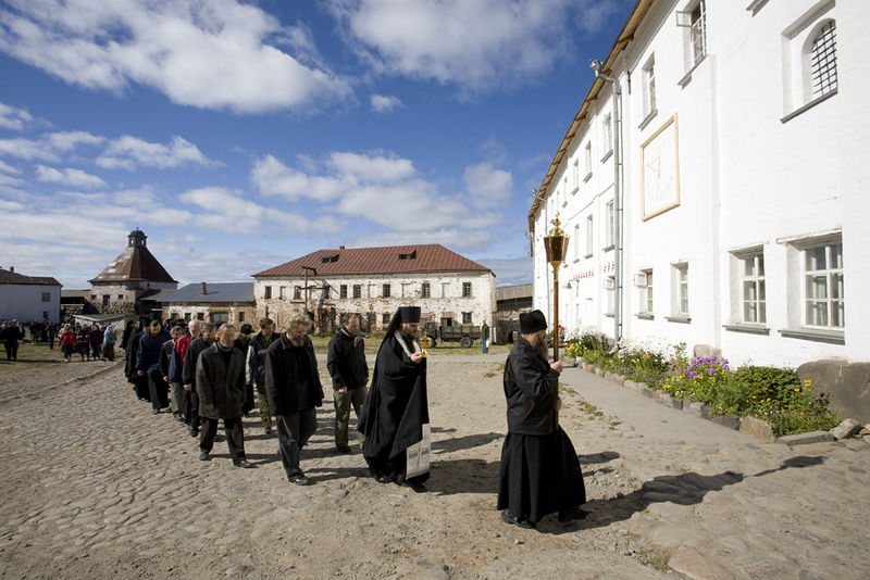 The procession with the Panagia, from church to refectory.