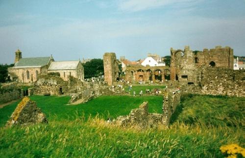 Вид на церковь-приорат на острове Линдисфарн