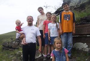 Священник Андрей Ромашко с детьми: маленькой Серафимой, Лизой, Мариной, Машей, Иваном и Александрой (на переднем плане)