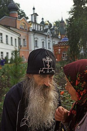 Беседа с прихожанкой. Фото: Анатолий Горяинов