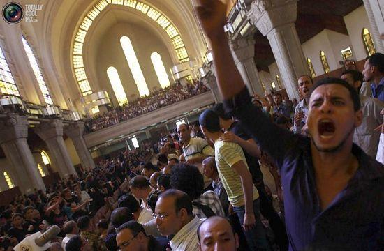 Церемония прощания с погибшими в ночь столкновения коптов-христиан с египетской полицией. REUTERS/Amr Abdallah Dalsh