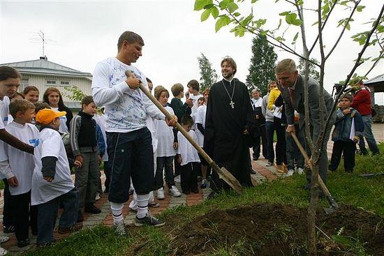 Посадка деревьев в Детской Деревне СОС