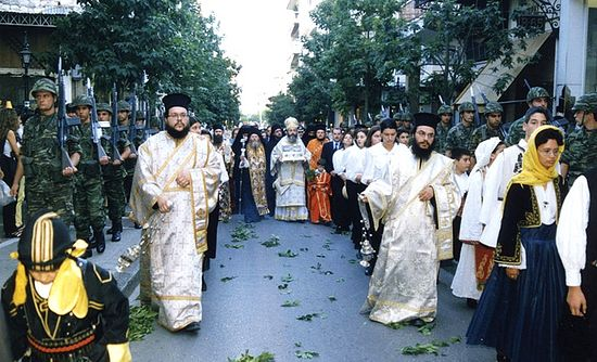 The Holy Cincture in procession in a town in Greece. Photo: www.pemptousia.ru