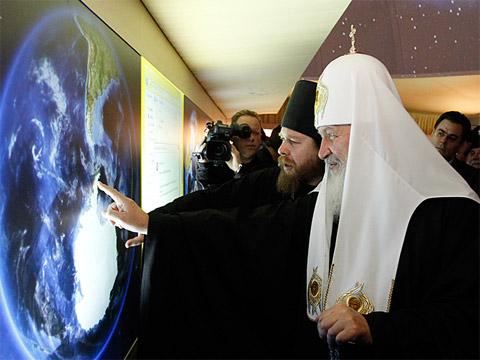 Patriarch Kirill and Archimandrite Tikhon (Shevkunov) locate a Russian Orthodox Church on Antarctica. Photo: Patriarchia.ru