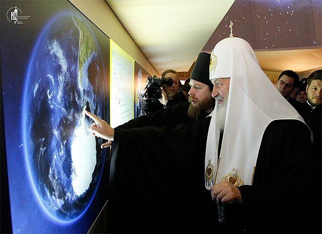 Святейший Патриарх Кирилл на открытии выставки. Фото: Патриархия.Ru