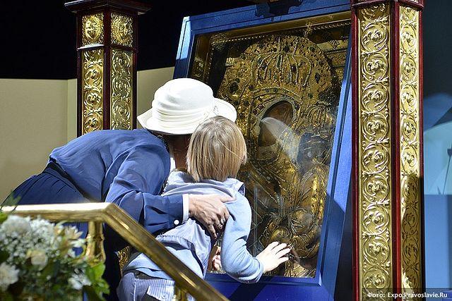 Посетители прикладываются к чудотворной Тихвинской иконе Божией Матери. Фото: А.Поспелов / Православие.Ru