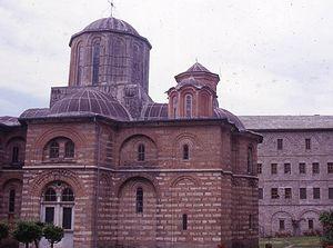 Загрузить увеличенное изображение. 1000 x 556 px. Размер файла 122620 b.  Кафоликон и внутреннй двор монастыря Ксиропотам