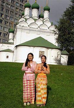 Девушки-балийки, работающие в одном из салонов Москвы, позируют на фоне храма Симеона Столпника