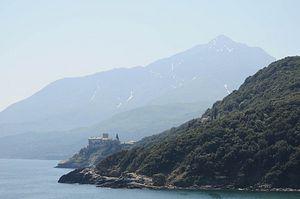 Монастырь Ставроникита на фоне вершины Афона