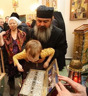Venerating the Holy Cincture in Samara.