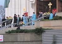 В ожидании святыни: у входа в калининградский собор Христа Спасителя. Фото: KP.RU