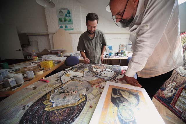 С художником Валентином Борисенко за работой над мозаичным образом для храма