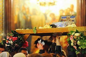 Ковчег с Поясом Пресвятой Богородицы теперь установлен на арку, под которой проходят паломники
