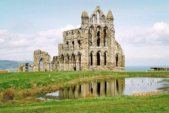 Развалины средневекового католического монастыря во имя свв. Петра и Хильды, закрытого во время Реформации в 1539 году