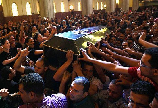 10 октября 2011 года, Каир. Копты хоронят жертв трагический событий 9 октября