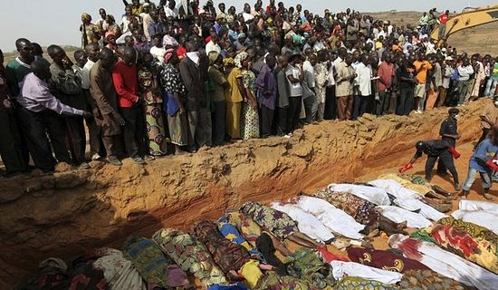 Загрузить увеличенное изображение. 685 x 398 px. Размер файла 95807 b.  Нигерия. Похороны христиан, убитых сектой Boko Haram