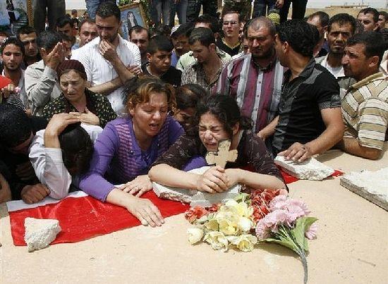 Загрузить увеличенное изображение. 580 x 442 px. Размер файла 95264 b.  Семья и друзья хоронят студента, убитого во время нападения на христиан в Мосуле, Ирак, март 2010. Фото: Reuters