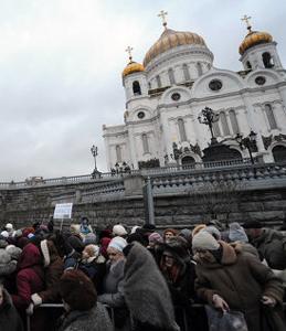 Очередь к храму Христа Спасителя в дни пребывания в Москве пояса Пресвятой Богородицы