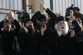 Греческие монахи собрались поддержать арестованного архимандрита Ефрема возле афинской тюрьмы Коридаллос. Фото: Reuters/Yiorgos Karahalis