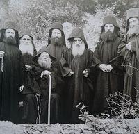 Загрузить увеличенное изображение. 800 x 771 px. Размер файла 164410 b.  Преподобный Иосиф Исихаст (сидит) и его ученики. Слева направо: старец Харалампий Дионисиатский, старец Феофилакт Неоскитиотский, старец Иосиф Ватопедский, Арсений пещерник, старец Евфрем Филофейский, старец Афанасий (его родной брат)