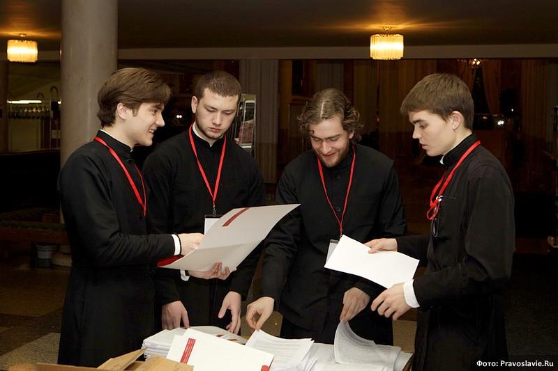 Помощники-семинаристы. Фото: И.Правдолюбов / Православие.Ru