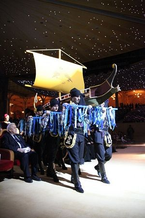 Концерт-реквием «Исповедники Православия после гибели империи». Юноши в понтийских национальных одеждах выносят на сцену греческий корабль с гербом византийской империи.