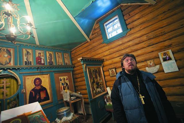 Священник Андрей Усачев в храме Ильи Пророка в деревне Лёкшма
